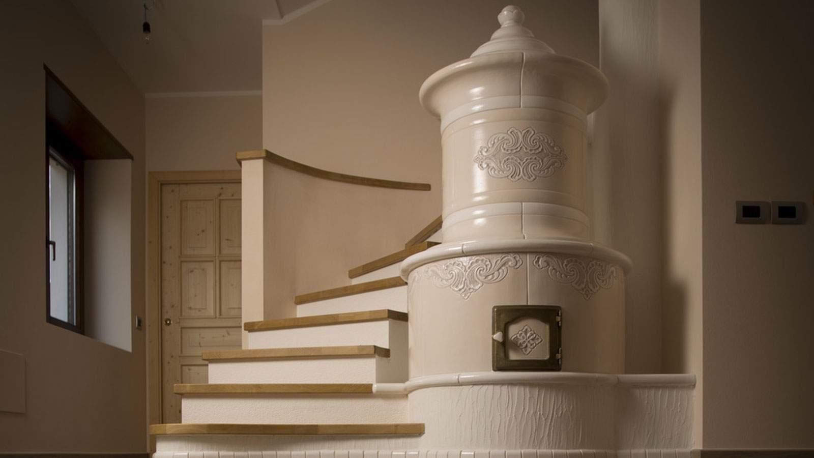 Particolari decorazioni incisioni rilievi ed applicazioni per stufe in maiolica